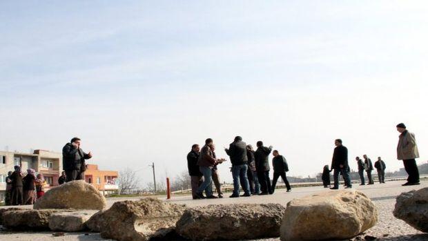 Belediyeye engel olmak için tapulu arazilerinin yolunu taşlarla kapattılar!