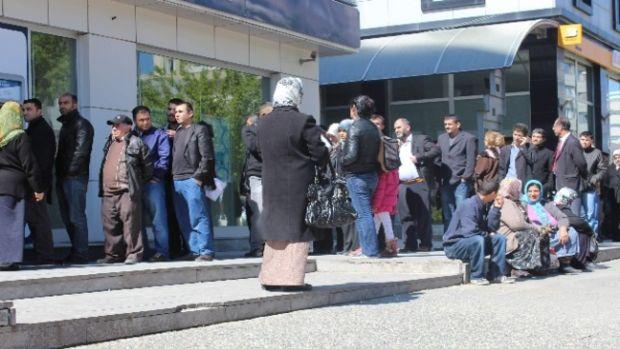 Toplu Konut müracatları banka önünde kuyruk oluşturdu!