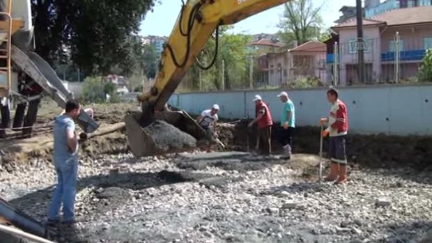 Zonguldak'ta pompasız mikserle getirilen betonu kepçeyle döktüler!