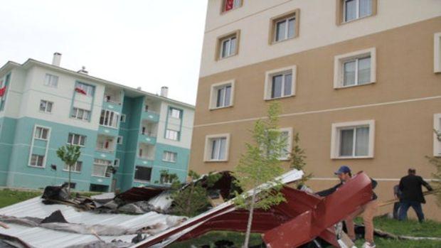 TOKİ binasının çatısı, şiddetli rüzgara dayanamadı!