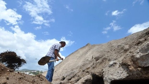 MÖ 1. yüzyıla ait kaya mezarlarına kepçe darbesi!
