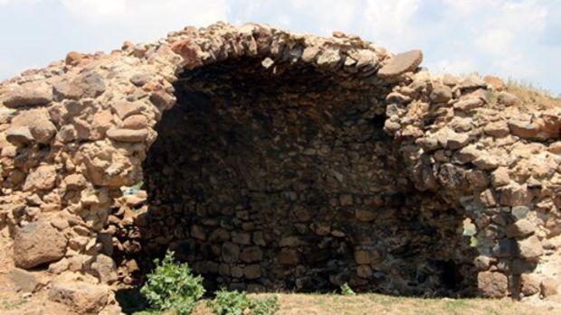 Karlıovada defineciler tarihi Ermeni kilisesini tahrip etti!