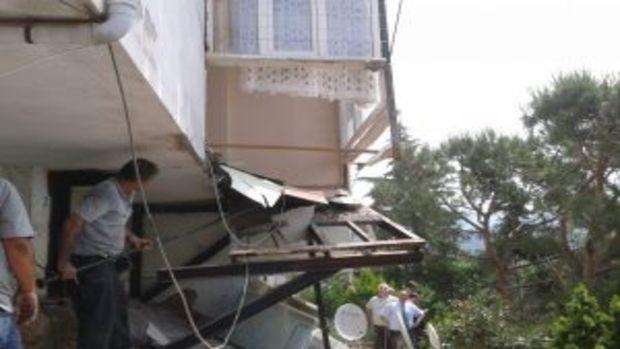 Bursa Gemlik'te kaçak balkon yıkıldı!