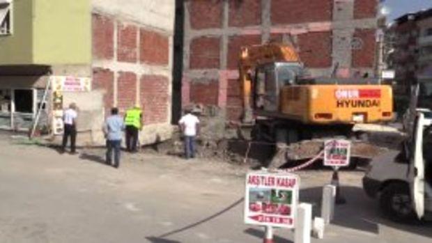 Çökme tehlikesi bulunan 3 katlı bina boşaltıldı!
