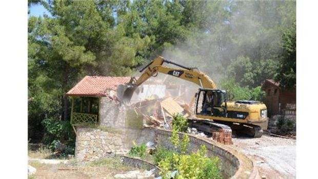 Kumluca Yazırda kaçak olduğu tespit edilen yapılar yıkıldı!