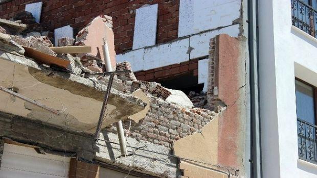 Yıkım sırasında bitişikteki binanın duvarı çöktü!