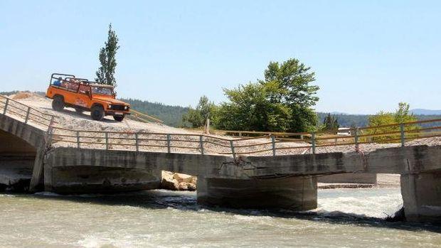 Yıkılma tehlikesi bulunan köprüde cip safari!