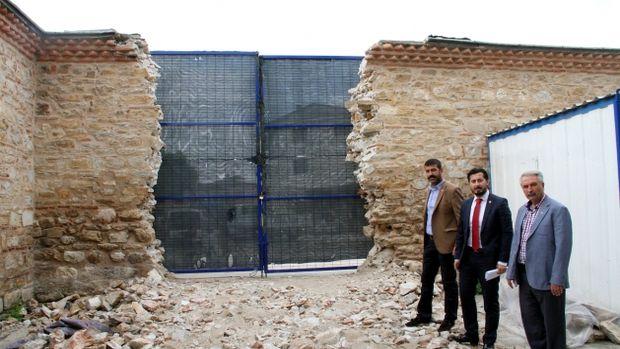 420 yıllık Sinan Paşa Külliyesinin duvarına kamyon girişi için kapı açtılar!