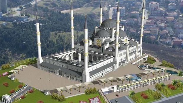 Çamlıca Camii inşaatında işçiler vinçle taşınıyor!