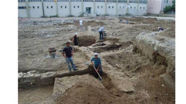 Okul binasının temelinden kümbet mezarlar çıktı!